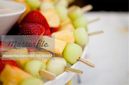 Gros plan des brochettes de fruits