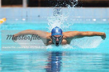 Jeune homme nage papillon