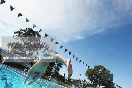 Nageur plongeant dans la piscine