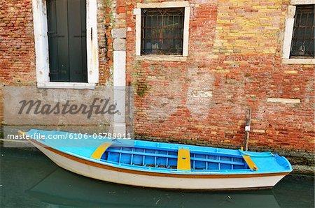 Ruderboot von alten Ziegeln Wall und Canal, Venedig