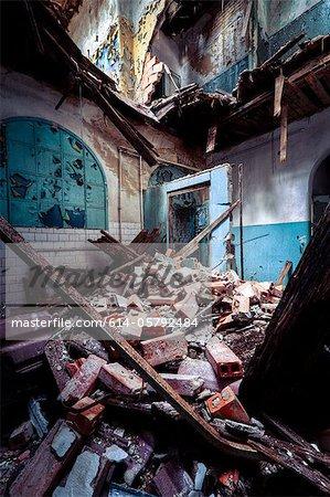 Trümmer und verfallene Interieur des Sanatorium Teupitz, Brandenburg, Deutschland