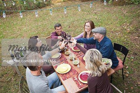 Amis de griller des verres à dîner en plein air