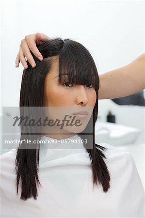 Femme asiatique au salon de beauté