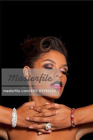Multi ethnischen stilvolle Frau trägt zwei Ton-Lippen