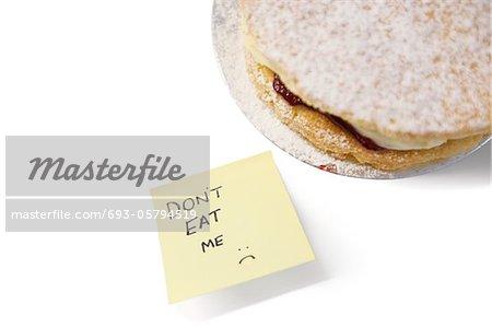 Morceau de gâteau éponge Victoria avec le signe « ne mange pas moi » sur papier collant à