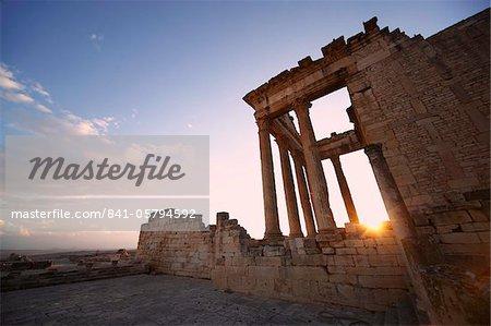 Le Capitole au coucher du soleil dans le Roman ruins, Site archéologique de Dougga, patrimoine mondial UNESCO, Tunisie, Afrique du Nord, Afrique