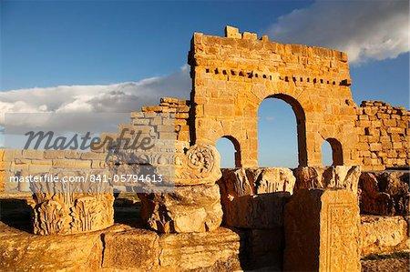 Arch of Antoninus Pius, Roman ruins of Sbeitla, Tunisia, North Africa, Africa