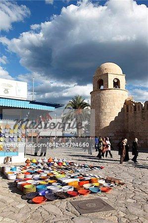 Affichage de boutique de poterie à l'extérieur de la grande mosquée, lieu de la Grande mosquée, Medina, Sousse, Tunisie, Afrique du Nord, Afrique