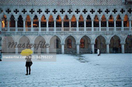 Tourisme à pied de la place Saint-Marc au cours de la tempête de neige, le Palais des Doges dans le fond, Venise, UNESCO World Heritage Site, Veneto, Italie, Europe