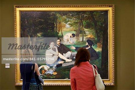 Visiteurs appréciant Le Dejeuner sur L'Herbe de Manet, Musée d'Orsay, Paris, France, Europe
