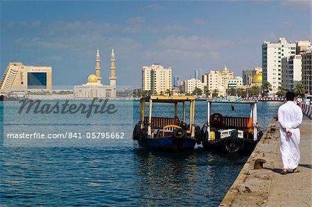 Sharjah Creek, la mosquée de la Corniche et Radisson Blu Resort Hotel, Sharjah, Émirats Arabes Unis, Moyen-Orient