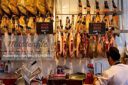 Jambons (jamon serrano), en vente sur le marché de Mercado de San Miquel, Madrid, Espagne, Europe