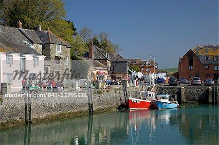 Pêche des bateaux dans le port de Padstow, estuaire de Camel, North Cornwall, Angleterre, Royaume-Uni, Europe