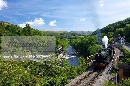 Train à vapeur sort de la station de Berwyn sur Llangollen patrimoine ferroviaire, vallée de la Dee, Denbighshire, pays de Galles, Royaume-Uni, Europe