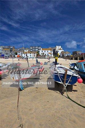 Bateaux de pêche dans le vieux port, St. Ives, Cornwall, Angleterre, Royaume-Uni, Europe