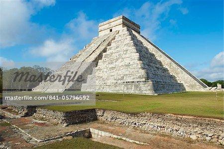 Ruines de la pyramide El Castillo (Temple de Kukulcan) dans les anciens Mayas de Chichen Itza, patrimoine mondial de l'UNESCO, du Yucatan, au Mexique, en Amérique du Nord