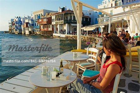 Café bar sur le bord de la mer, petite Venise, Alefkandra, la ville de Mykonos, Chora, île de Mykonos, Cyclades, îles grecques, Grèce, Europe