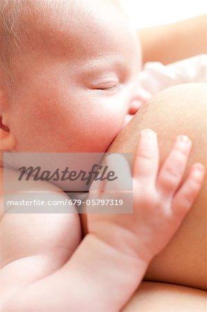 Neugeborenes Baby stillen