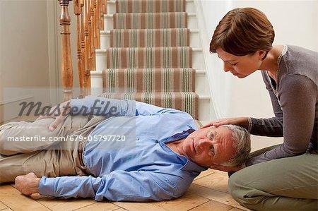 Senior homme blessé lors d'une chute