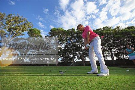 Jeune homme golf