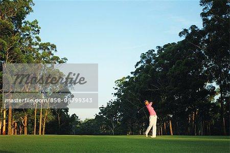 Man schwingt in Golf Club