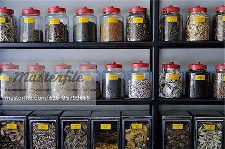 Stockent des herbes médicinales dans des pots à pharmacie