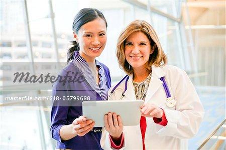Arzt und Patient gemeinsam auf einem Tablett.