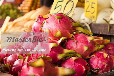 Haufen von Pitayas (Drachenfrucht) am Bauernmarkt