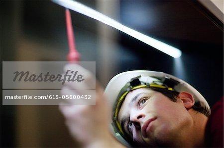 Gros plan du jeune électricien travaillant