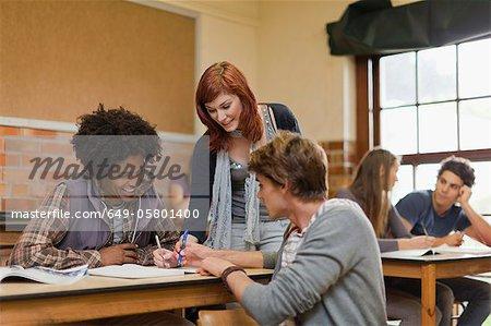 Schüler gemeinsam in der Klasse