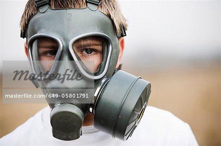 Gros plan du garçon avec masque de gaz