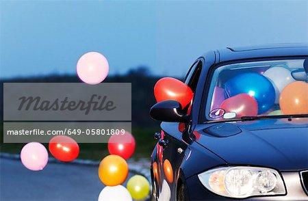 Bunten Luftballons kommen aus dem Autofenster