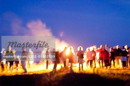 Menschen genießen Lagerfeuer