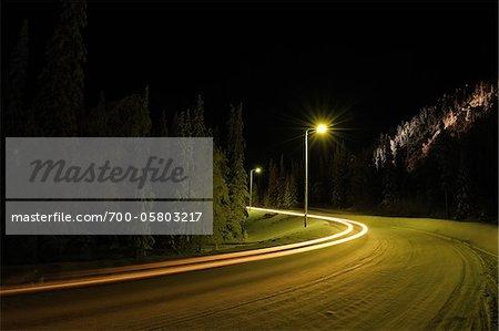 Route couverte de neige nuit, Ruka, Kuusamo, Ostrobotnie du Nord, Finlande