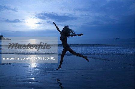 Femme en Bikini danse sur la plage, Hua Hin, Thaïlande