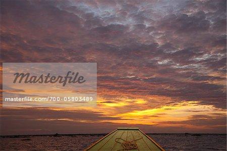 Coucher de soleil sur le lac Tonlé Sap, au Cambodge