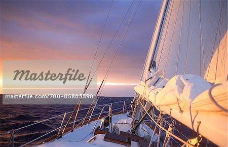 Yacht au lever du soleil