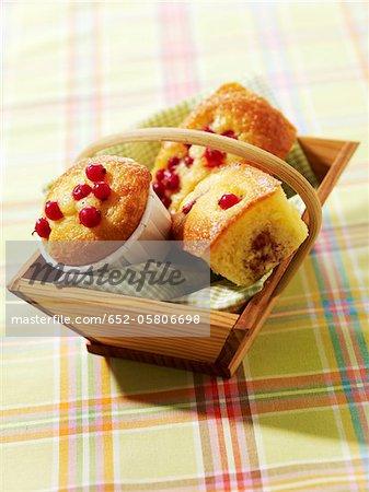 Panier de mini gâteaux et de muffins aux fruits d'été