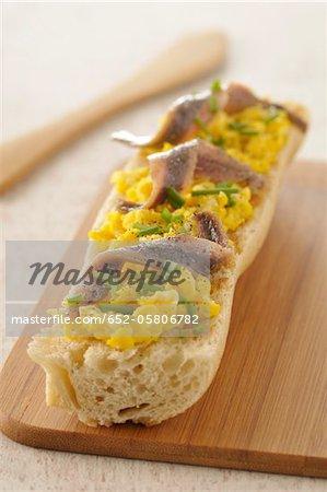 Belegtes Brot Rührei Ei und Sardellen