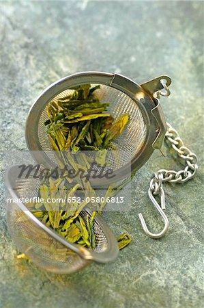 Grüner Tee in einem Tee-Ball-infuseur