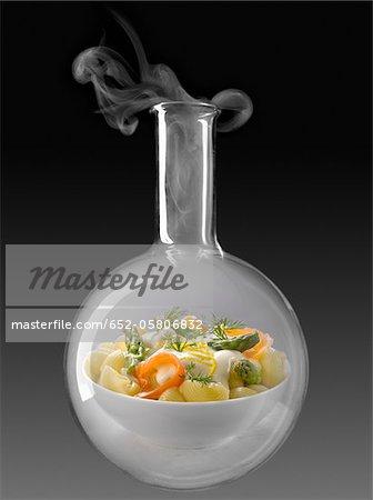 Pâtes aux asperges et saumon dans une bouteille en verre essais chimiques