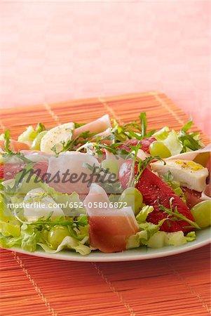 Jambon cru, le fromage de chèvre et salade de raisin