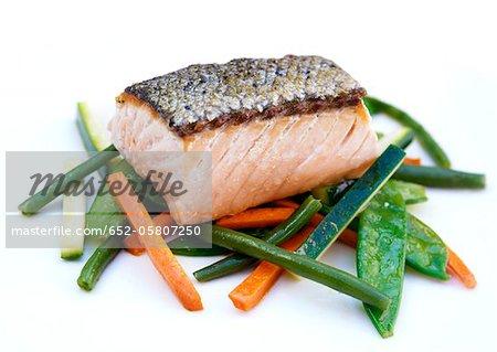Gros morceau de saumon aux légumes cuits à la stea