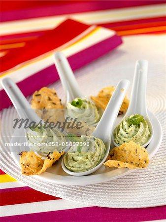 Crème de courgette avec des biscuits de tuile de parmesan