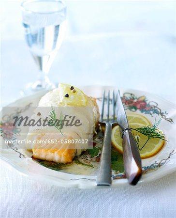 Morceau de saumon enveloppé dans l'aiglefin au citron
