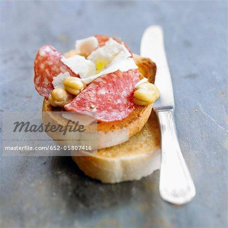 Saucisson, pecorino et fève Bruschetta