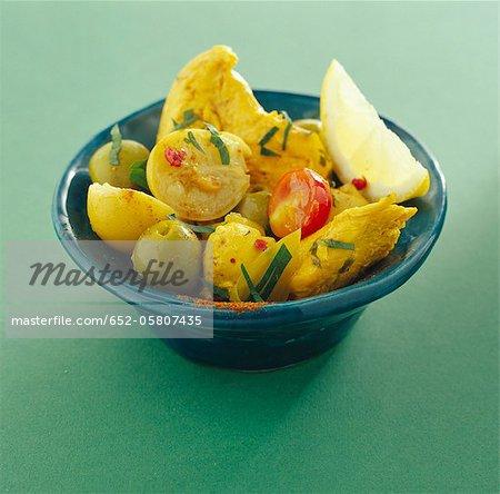 Salade de poulet au curry, olive, tomate et citron
