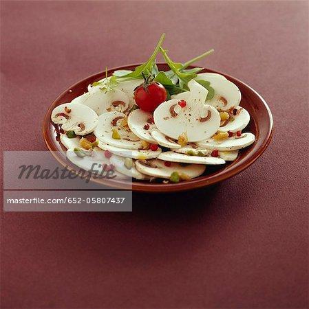 Carpaccio de champignons bouton avec poivron rouge