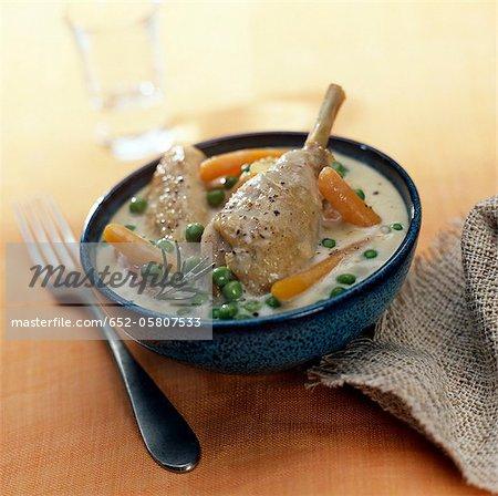 Poulet aux petits pois et carottes dans une sauce crémeuse