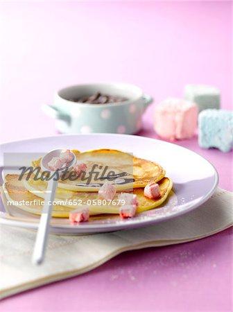 Schottische Pfannkuchen mit Schokoladensauce und kleine marshmallows